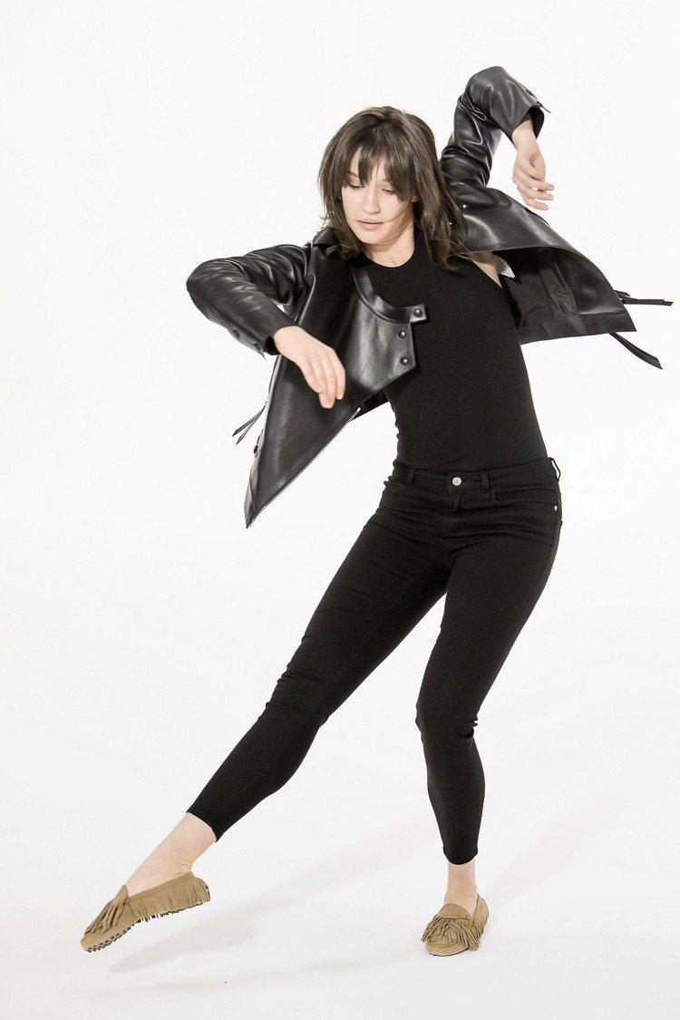 傳奇搖滾樂手洛史都華女兒芮妮史都華現身TOD'S全新廣告,在鏡頭前大秀舞技,也展...