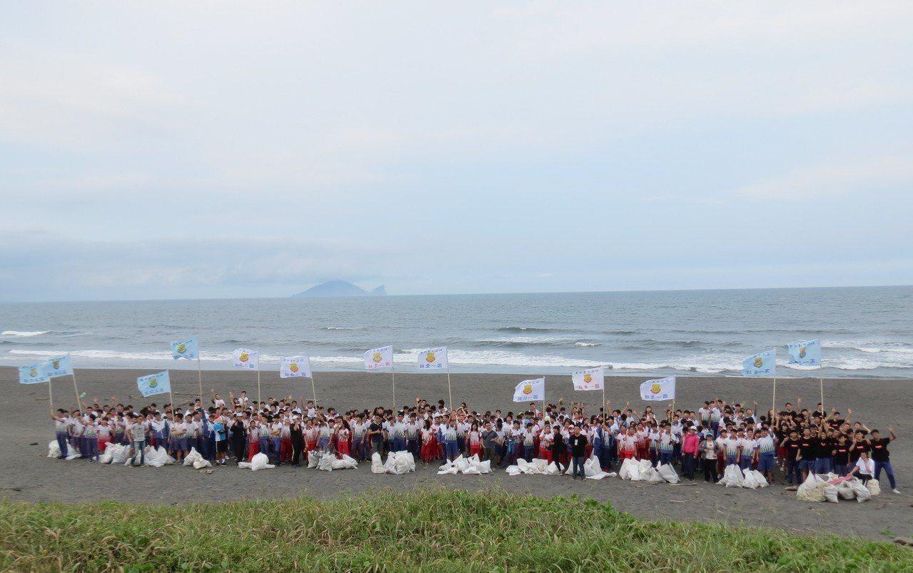 宜蘭中道中學每年號召全校學生到壯圍過嶺海灘淨灘。圖/中道中學提供