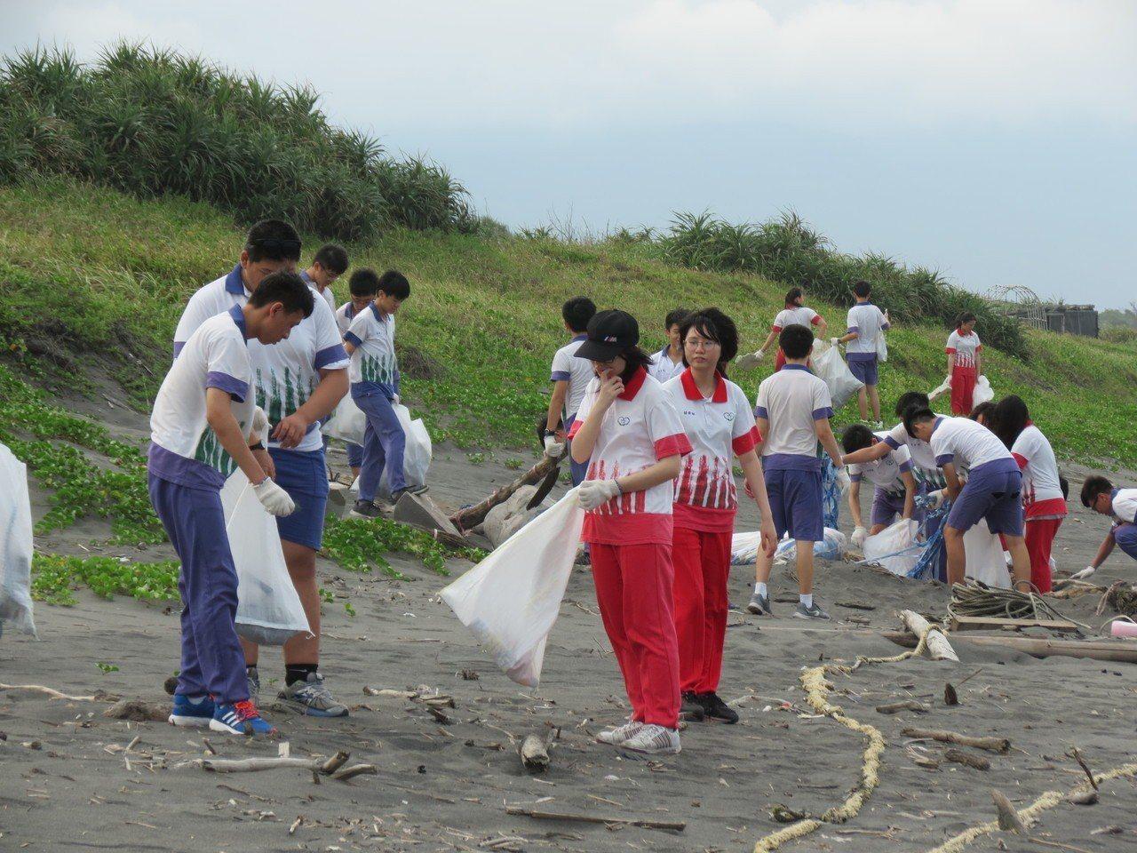 中道中學學生淨灘時也觀察海灘生態。圖/中道中學提供