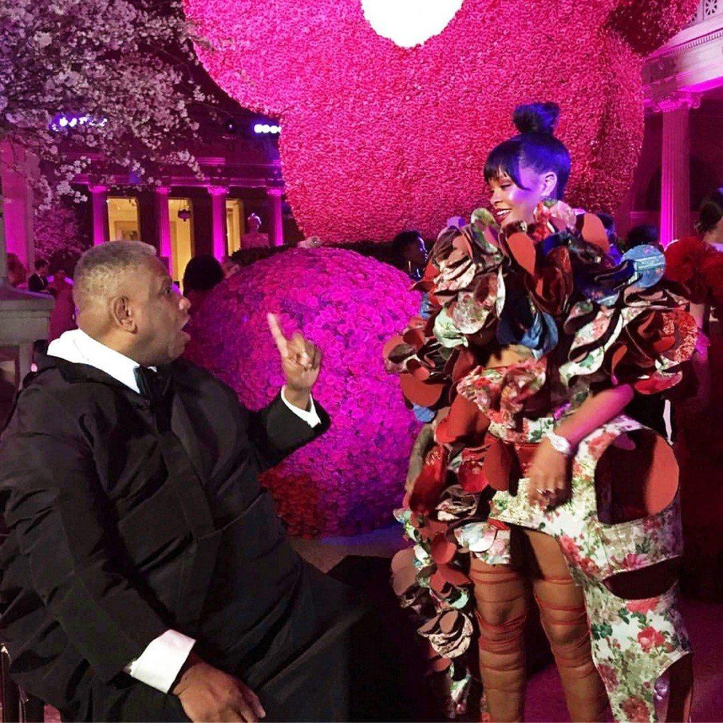 「美國時尚教父」安德烈里昂泰利說服當紅流行天后蕾哈娜(右),將時尚封面處女秀獻給...