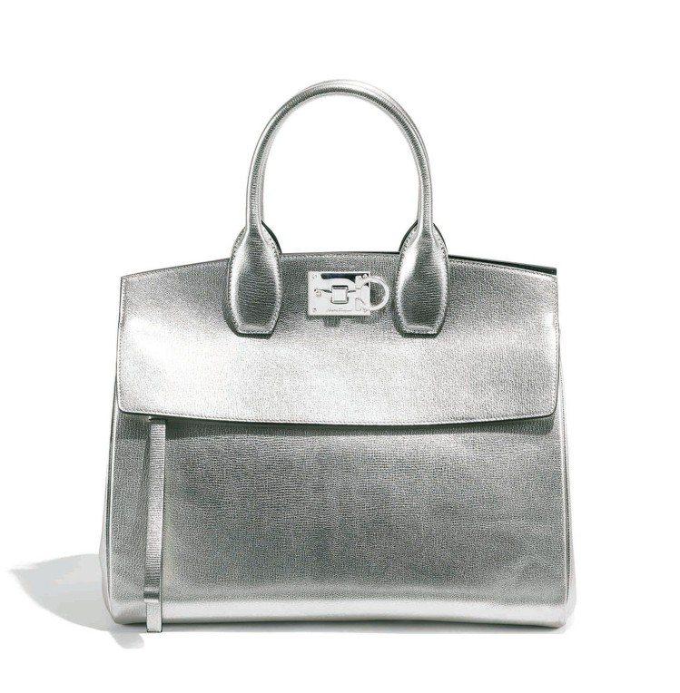 Studio系列限量款銀色牛皮手提包(大),93,900元。 圖/Ferraga...