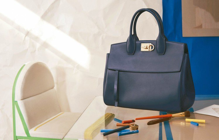 Studio系列海軍藍色牛皮手提包(大),87,900元。 圖/Ferragam...