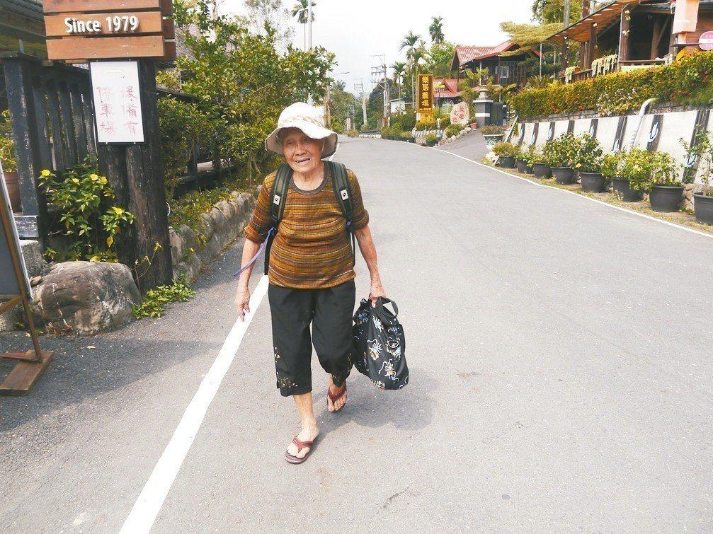 蘇來好阿嬤喜歡運動,平日獨居六龜,須搭乘公車才能外出。 記者徐白櫻/攝影