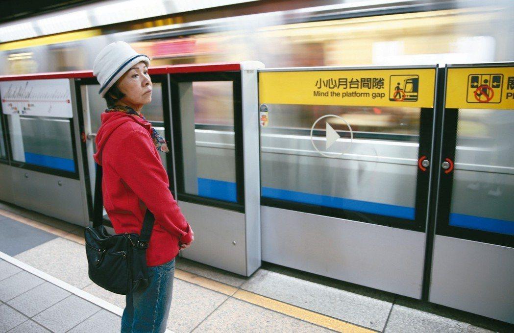 台北市有些捷運入口缺乏電梯,對行動不便的老人是一大困擾。 記者杜建重/攝影