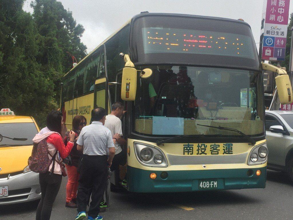 傳統公車的階梯讓老人家生畏,也影響出門意願。記者江良誠/攝影