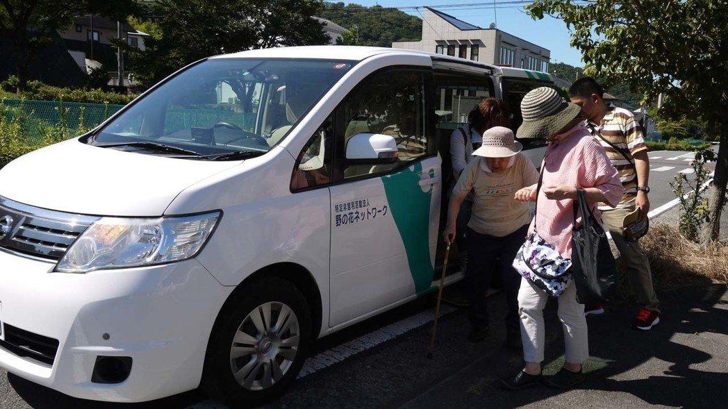 現在日本許多市村町開始推動老人共乘制度,可減輕提供端負擔,也可增加同一地區老人互...