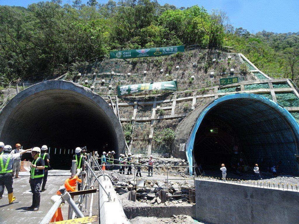 台9線南迴公路台東香蘭至屏東草埔拓寬改善工程,長4.6公里的草埔隧道雙向工程將全...