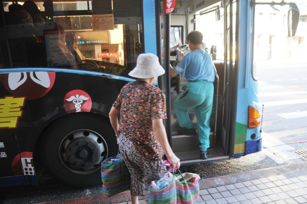 很多老人家買菜後提著大包小包上公車,在公車上下車時,必須跨越三個階梯。聯合報系資...