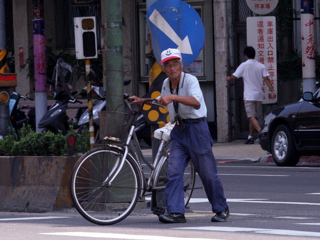 老人過馬路情形。記者胡經周/攝影
