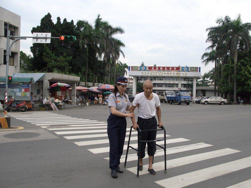 圖為女義警扶持行動不便的老人過馬路情形。聯合報系資料照/記者楊德宜攝影