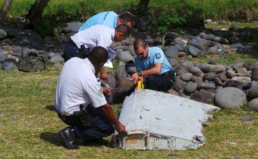 法國警官2015年在印度洋法屬留尼旺島勘驗疑似MH370的飛機殘骸。 路透