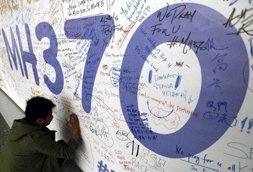 2014年3月13日MH370失聯第五天,一名旅客在馬來西亞吉隆坡機場的留言板上...