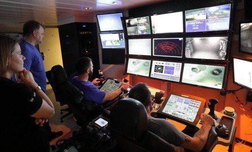 今年一月,無限海洋公司搜索船「海床建造者號」的船員盯著螢幕,搜索MH370的下落...