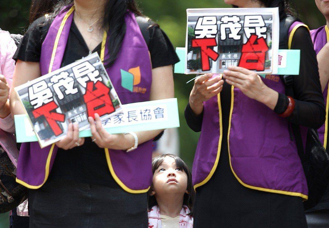 教育部長吳茂昆爭議不斷,國教行動聯盟等多個教育團體在行政院前抗議,要求「教育部長...