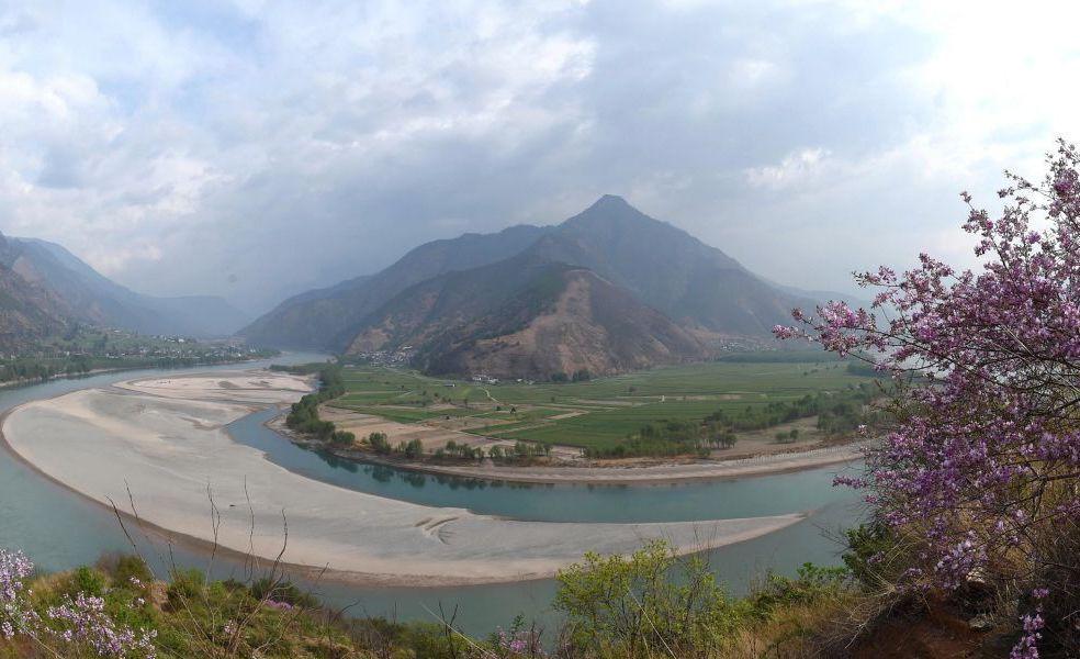 「長江第一灣」位於雲南省麗江市石鼓鎮,從青藏高原奔騰到此的江水,突然急轉彎轉向東...