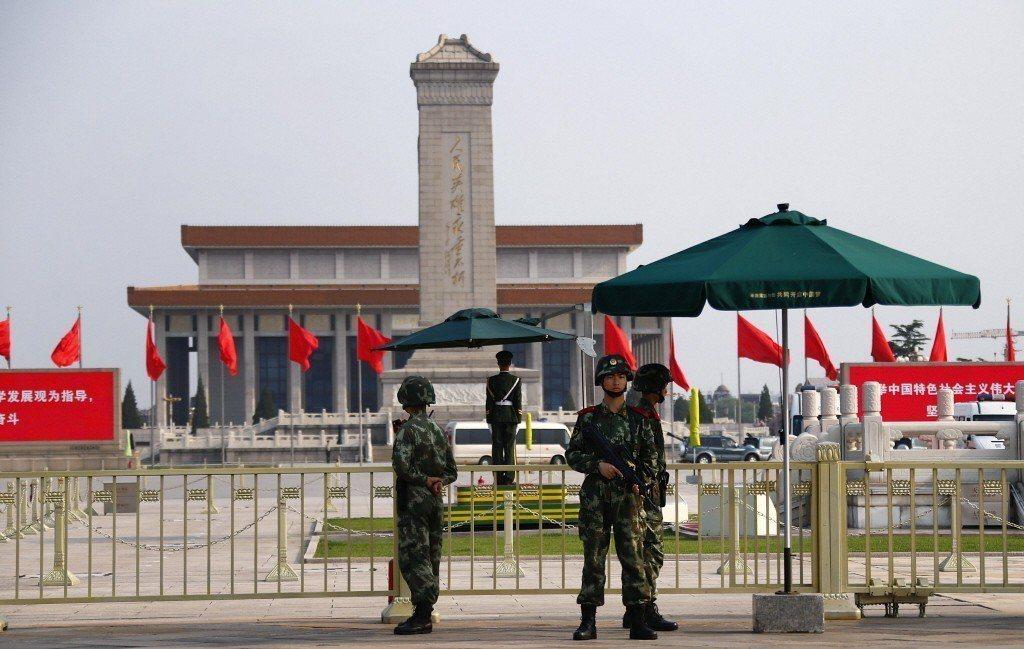 圖為過去六四事件滿25周年時,多名武警駐守在天安門廣場周圍加強保安。 路透