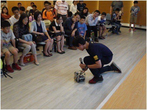中科實中國中部張承翰同學示範操作機器人。 中科管理局/提供