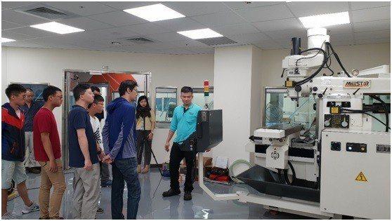 特殊切割課程學員專心聆聽老師對機器講解。 中科管理局/提供