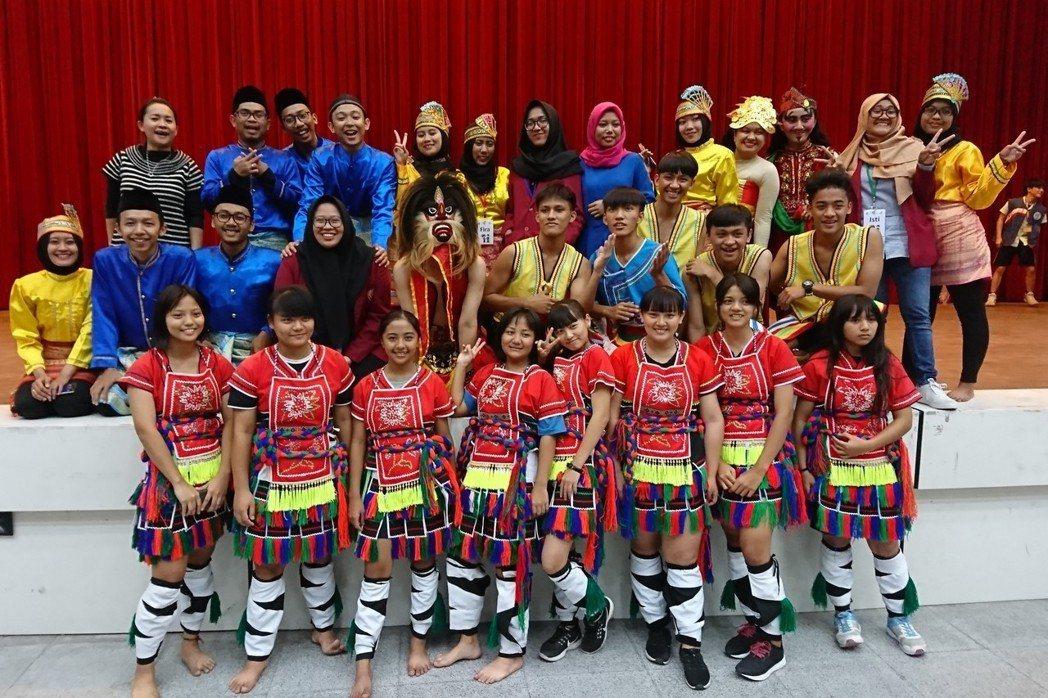 蘇英(上排左一)率印尼大學生與台灣的高中生交流印尼文化。 圖/作者提供