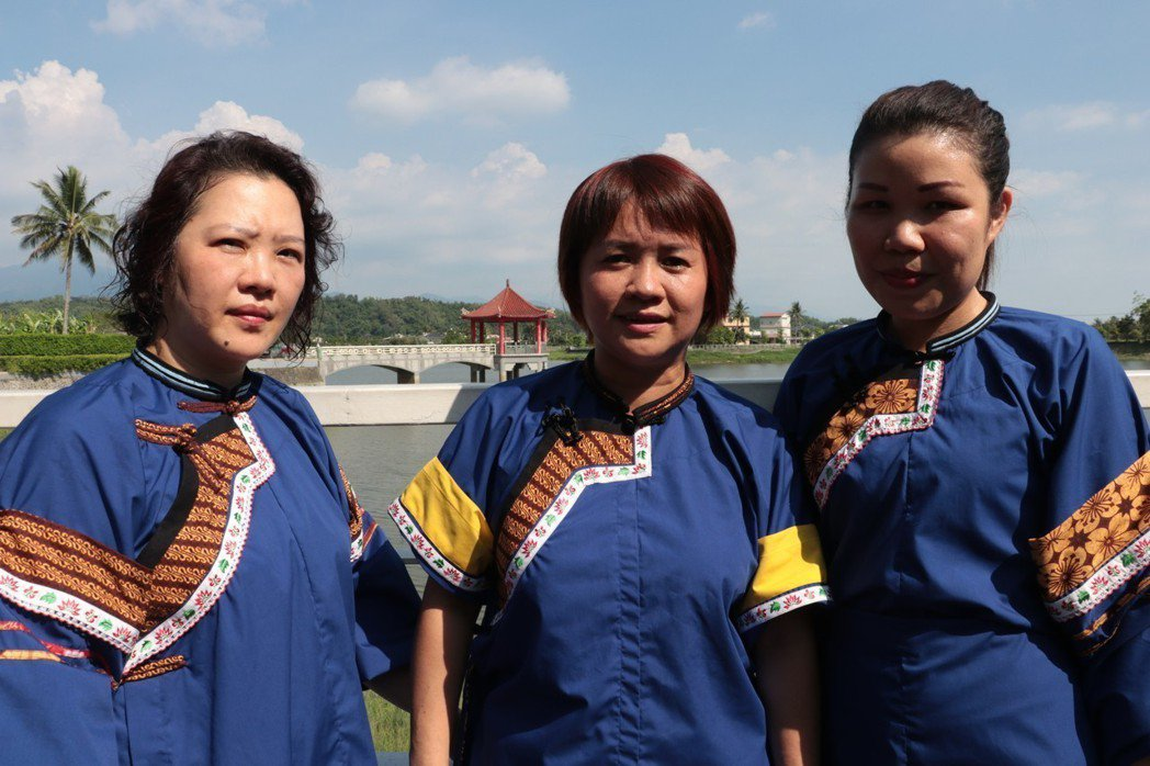 現在的蘇英(中)不只是家庭主婦,同時身兼社區幹部,協助客家傳統文化的傳承,她與另外兩位印尼姊妹們大方穿上由Batik裝飾的改良客家藍衫。 圖/作者提供