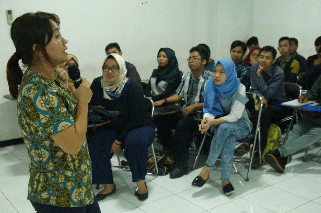 蘇英在泗水穆罕默迪亞大學與學生交流,並邀請穆斯林大學生組團到台灣,向台灣學生展現...