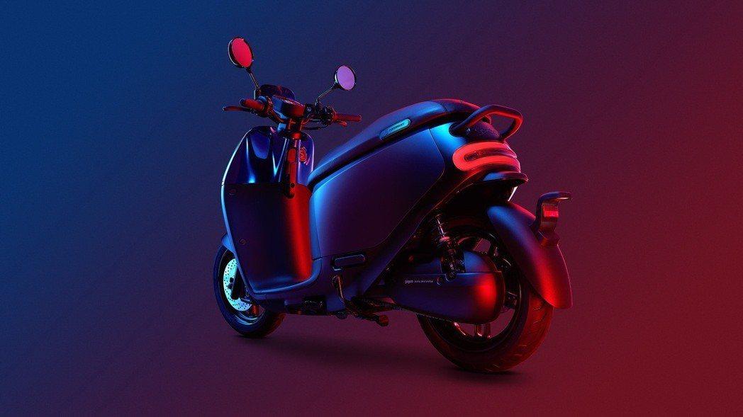 在車尾細節上,Gogoro 字樣採用黑色鏡面烤漆和霧黑後扶把,方向燈和後煞車燈罩...