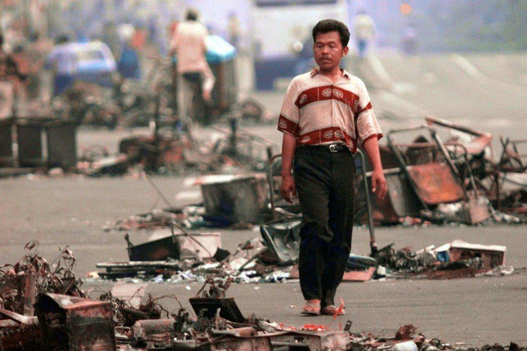 蘇英回憶,那一個多月的亂局,猶如被圍困在孤島上,是一生最漫長的一個月,也是兩人最難忘的蜜月。圖為印尼黑色五月事件,攝於1998年5月16日。 圖/美聯社