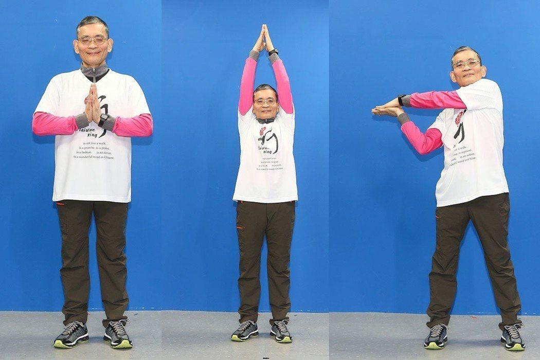 簡文仁示範雙手合掌:上下拜神、左右迎送、前後翻滾。攝影/陳立凱