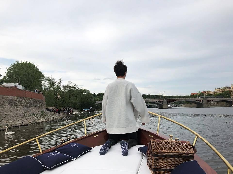 鄭元暢遊布拉格,船上喝醉秒變「呆萌综」。圖/擷自臉書。