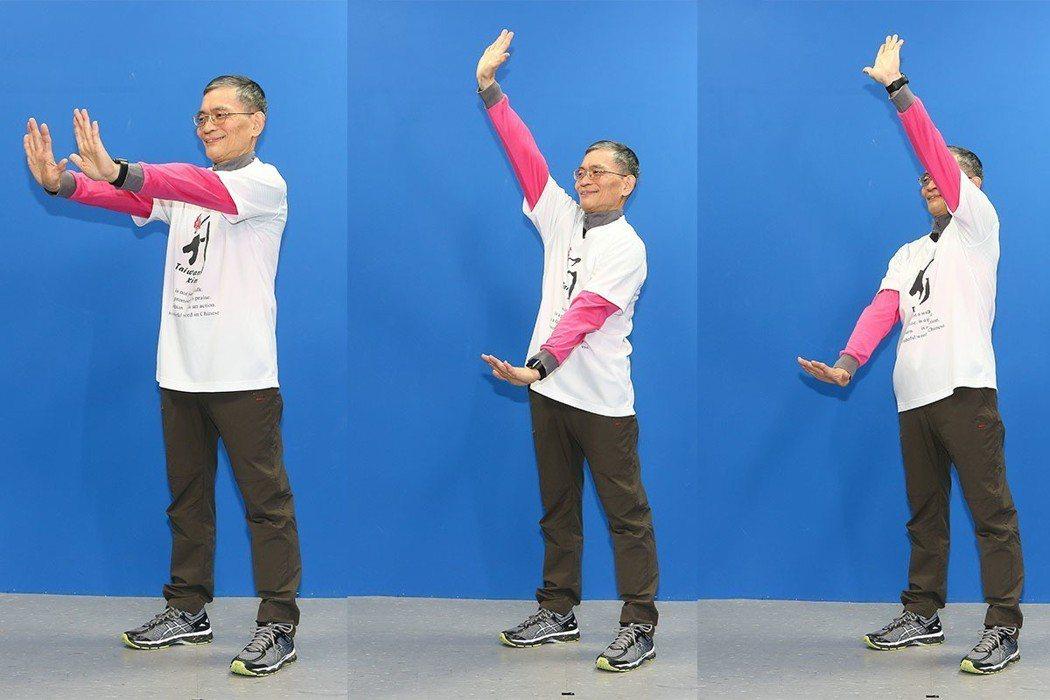 簡文仁示範推掌在前:上下抹牆,左右挺胸,前後出肩。攝影/陳立凱