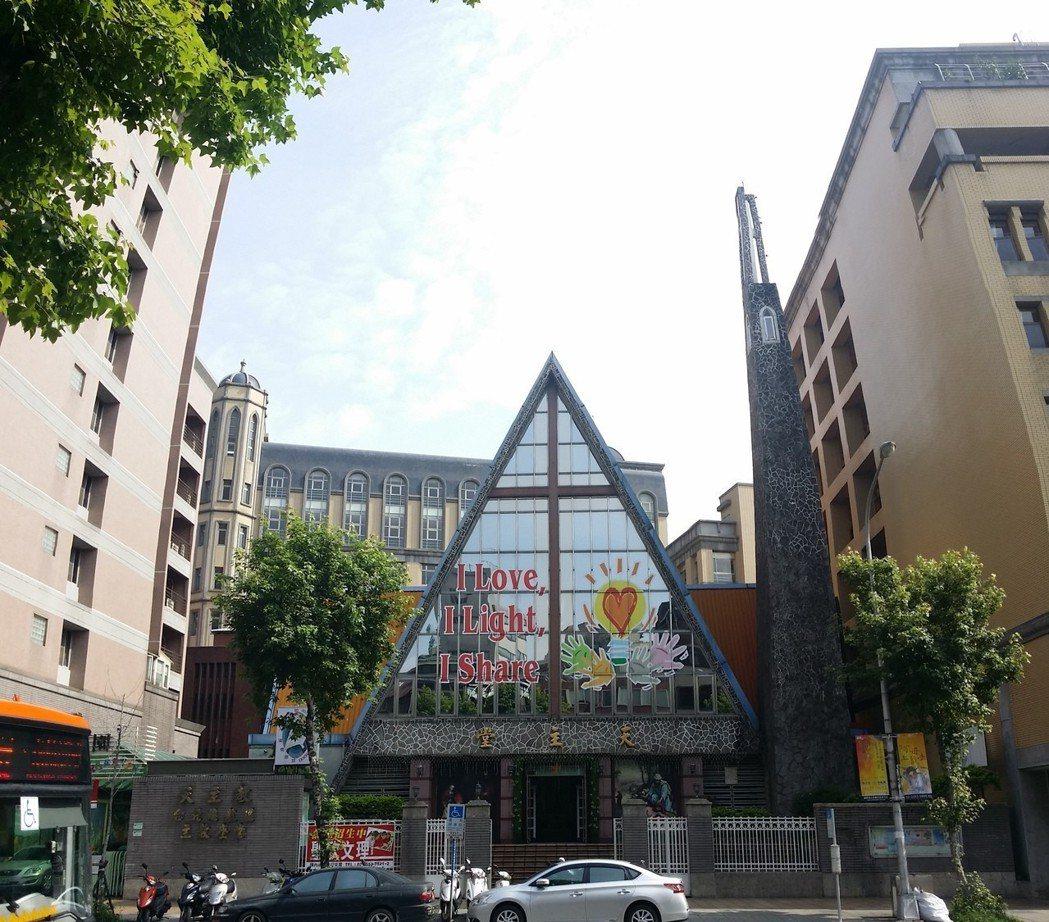 戰後重建的天主堂外觀。 圖/作者自攝