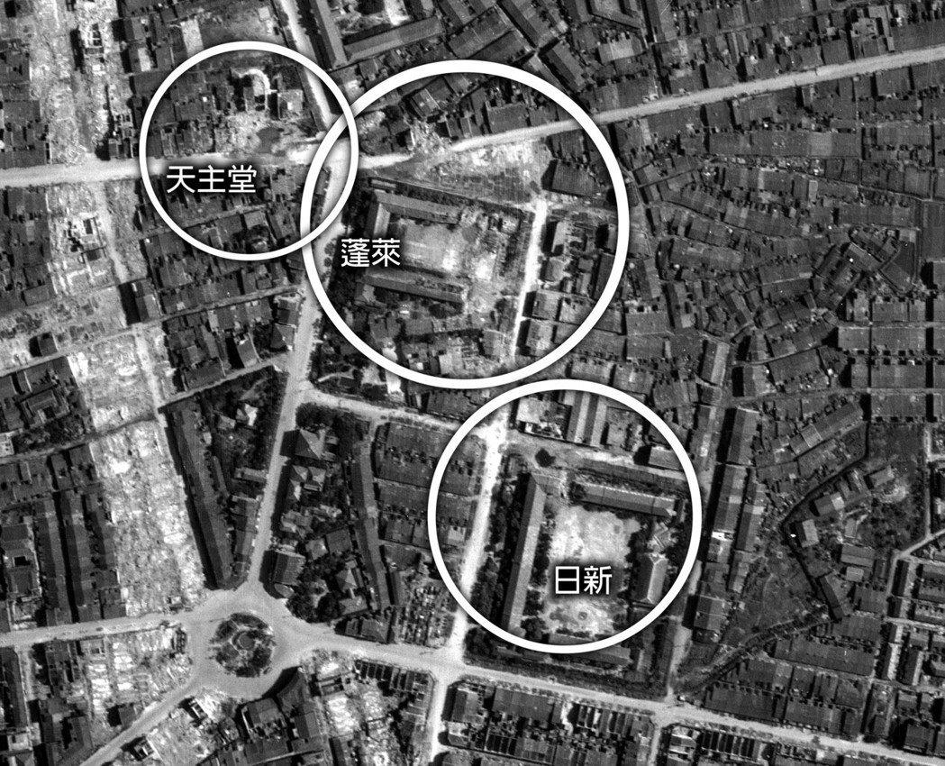 台北大轟炸後,於1945年6月美軍的空拍可以看到大稻埕地區,日新與蓬萊兩校與天主...