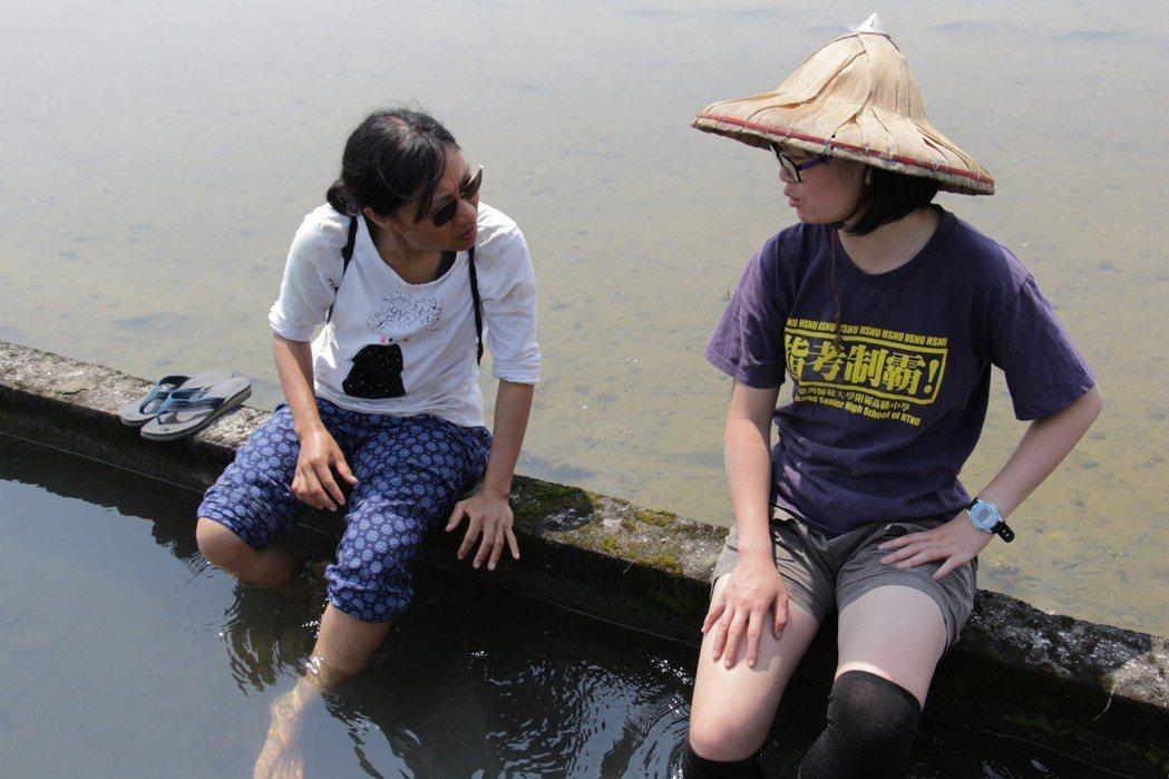 清大學生蘇子珊(右)幫忙小農阿何(左)耕田,體驗農業生活的辛苦。圖/生命力新聞提...