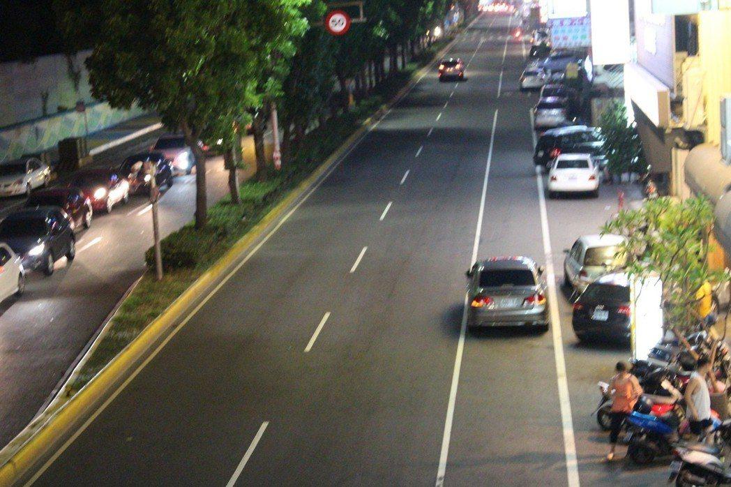 停在路面邊線左側、與車道分隔線間是違規停車。 記者張雅婷/攝影