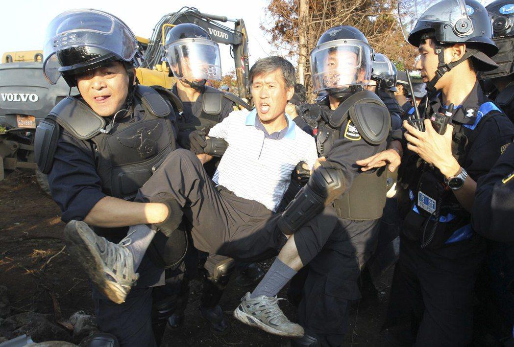 雖然江汀村的運動得到了國際的注目與聲援,但在韓國政府的鐵腕鎮壓下,最後基地仍於2...