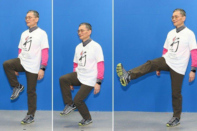 簡文仁示範單腳站立:上下漂浮、左右擺腿、前後踢腳。 攝影/陳立凱