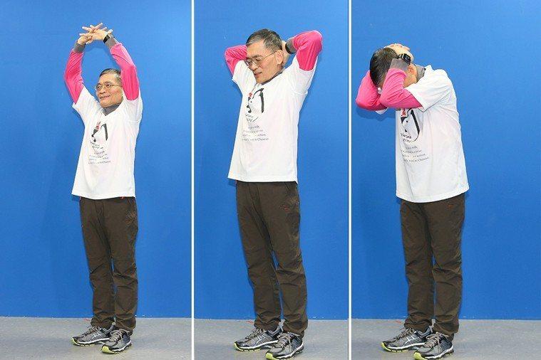 簡文仁示範雙龍護珠:左傾右聽、前思後想、回眸一笑-1。 攝影/陳立凱