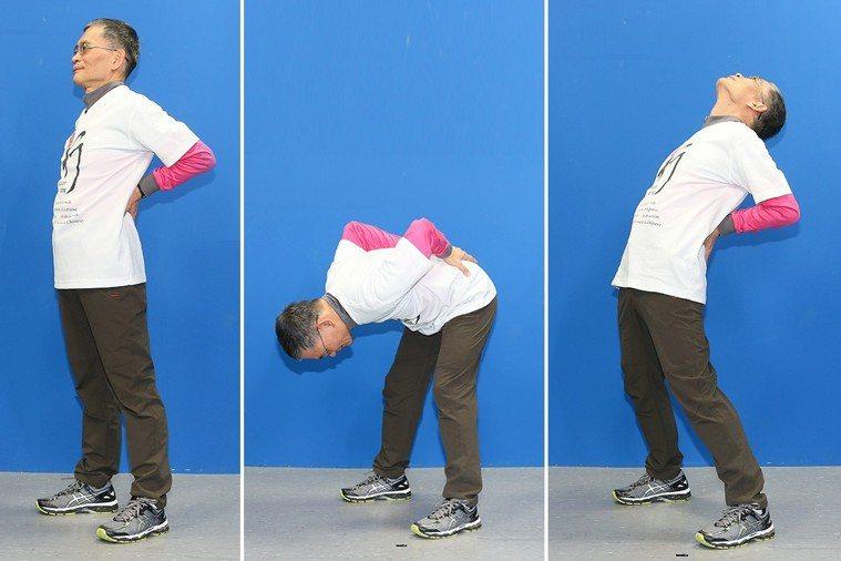 簡文仁示範雙手護腰:左搖右擺、前恭後倨、回身一望。 攝影/陳立凱
