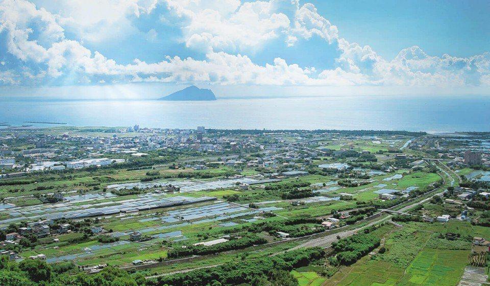 入住礁溪山形閣溫泉飯店,可以飽覽龜山島海景與蘭陽平原交織出的絕美景緻。(圖片提供...