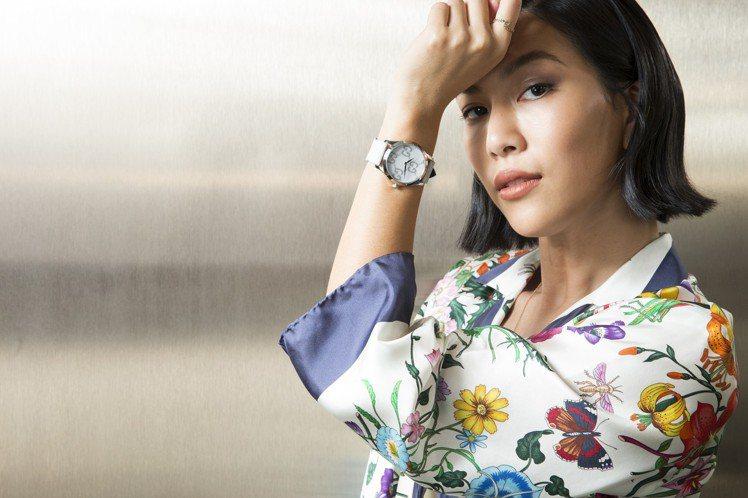 身穿Gucci春夏新裝的莫莉,混搭G-Timeless浮動效果GG圖紋腕表、GG...