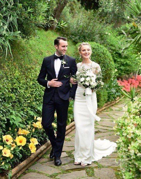 「奈威」馬修路易斯(左)與妻子安琪拉瓊絲結婚。圖/摘自IG