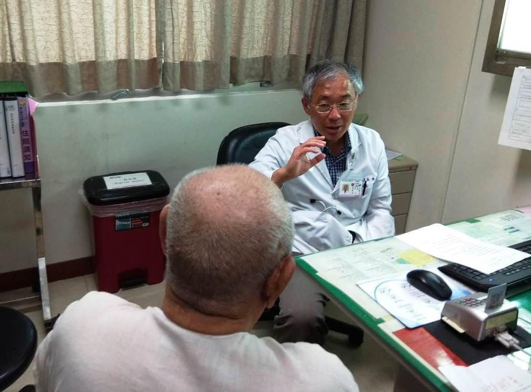 彰醫副院長、血液腫瘤科醫師樊聖向周樹清解釋病情。圖/彰化醫院提供