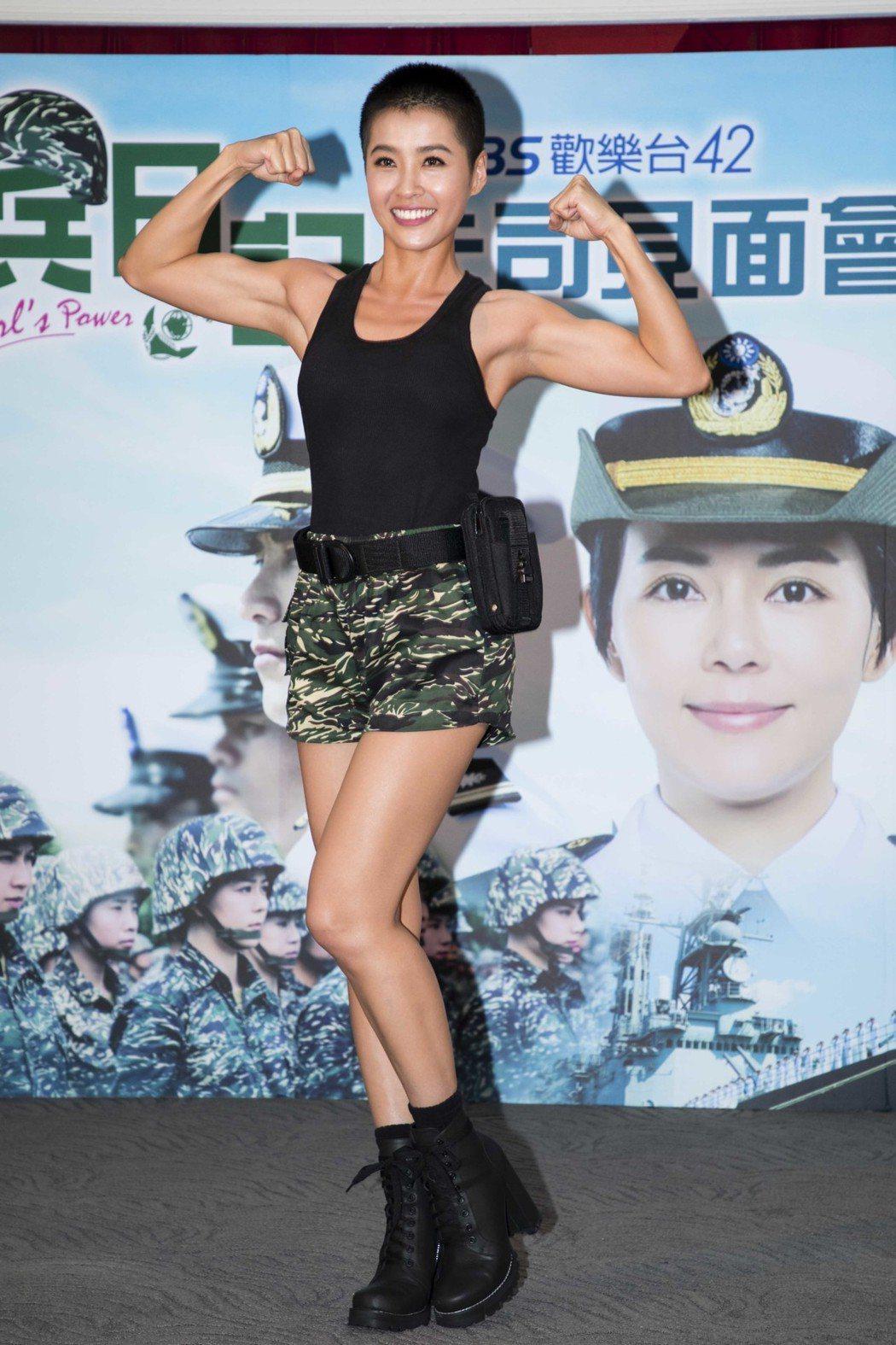小嫻展露二頭肌。圖/TVBS提供