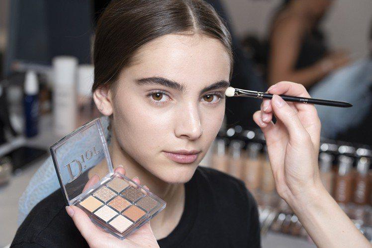 迪奧全新專業後台彩妝系列,主打質地薄透,可隨心所欲層層疊擦。圖/迪奧提供