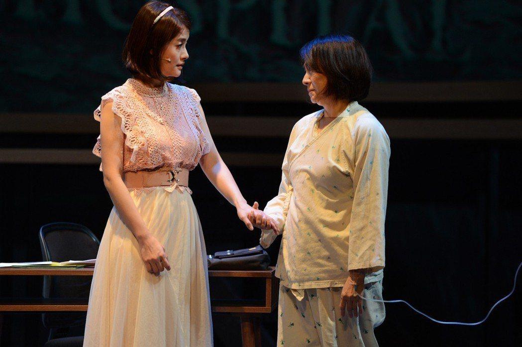 王樂妍(左)被戲中媽媽楊麗音一握,心中感到十分溫暖。圖/故事工廠提供