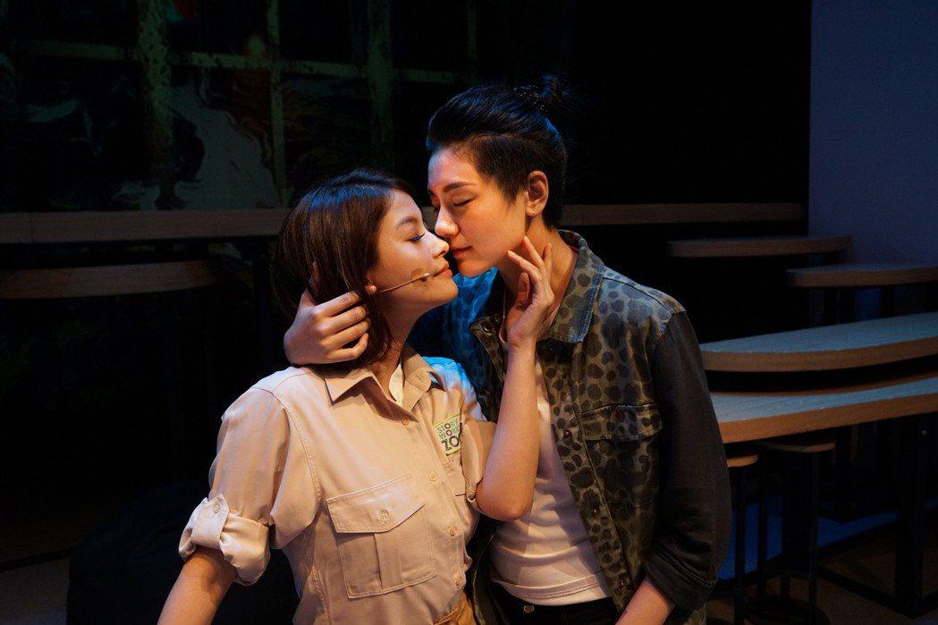 王樂妍(左)、小蠻在「偽婚男女」中上演女女戀。圖/故事工廠提供