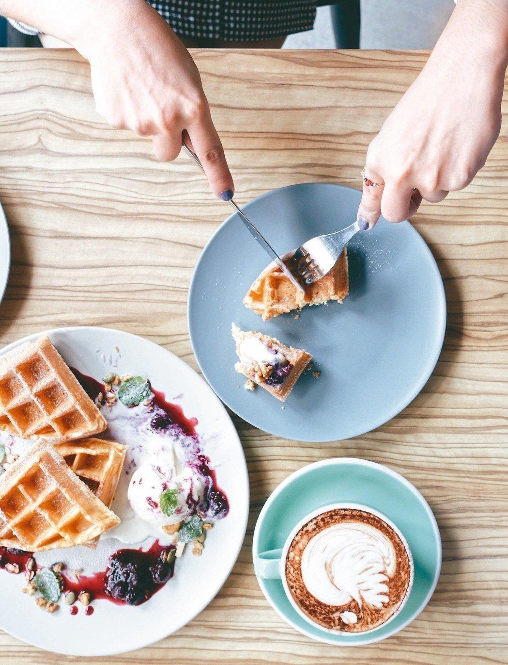 隱藏版小咖啡手工製莓果香草冰淇淋,莓果醬以藍莓、黑莓及覆盆子親手製作。 記者沈佩...