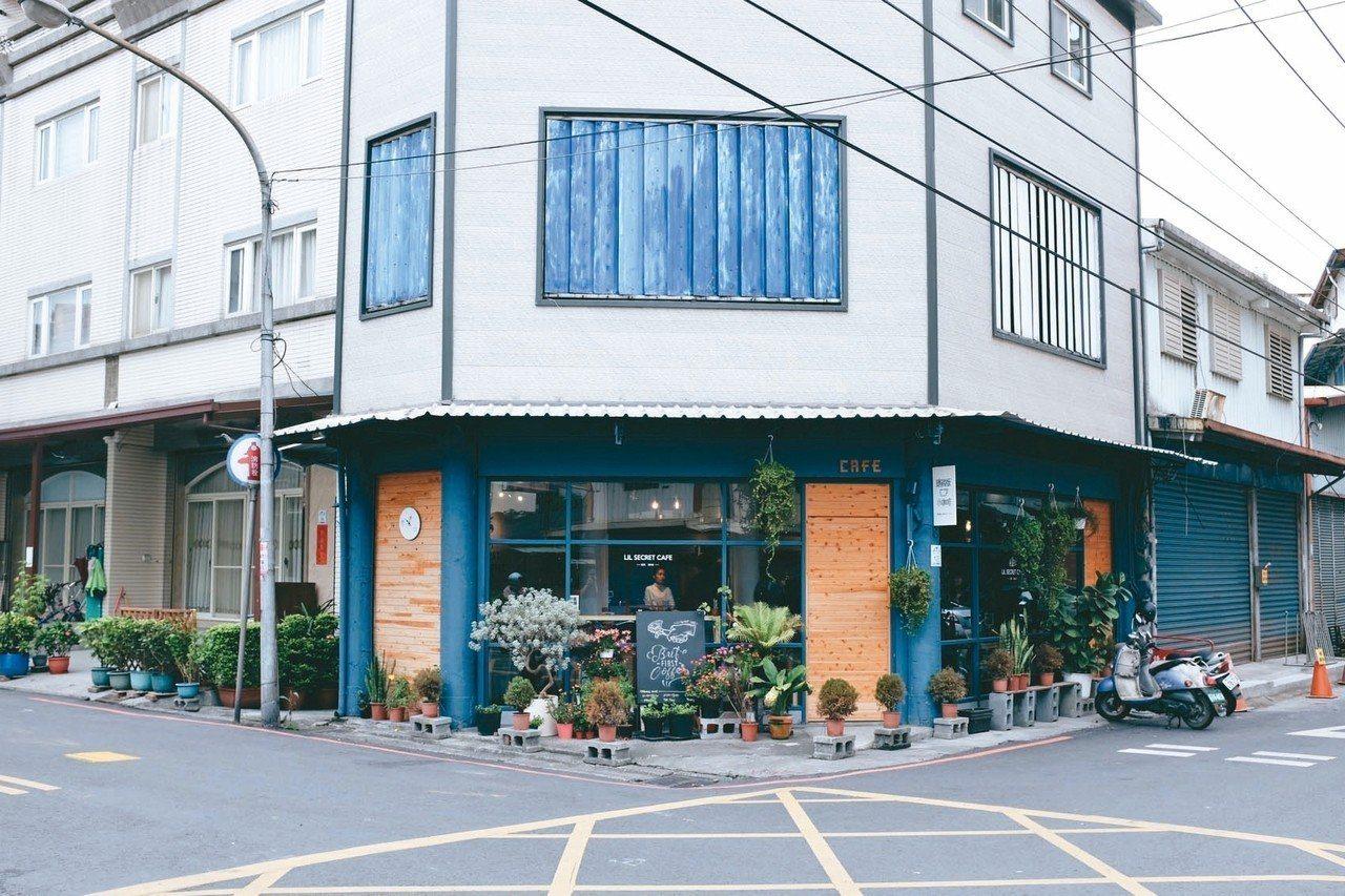 隱藏版小咖啡位於羅東鎮巷弄轉角,以沉穩的藍色為主色調。 記者沈佩臻/攝影