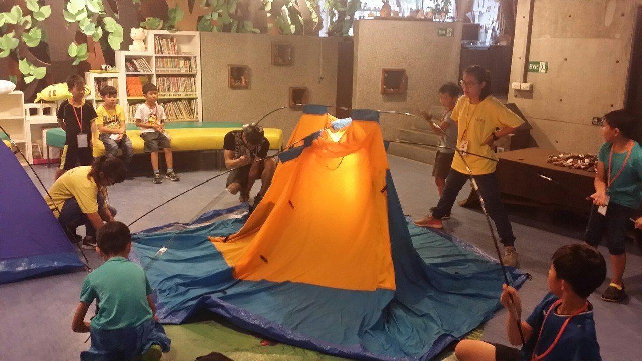 暑假營隊五花八門,新北市整合多個局處,推出1千個營隊,還開放在博物館搭帳篷夜宿體...