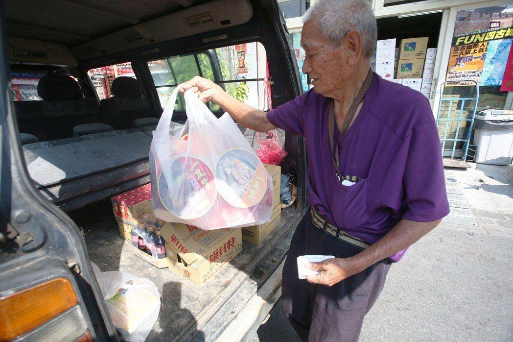 屏東縣旭海村82歲的阿公林春誧的故事,經報導後獲得許多回響,有人欲捐車,也有人要...